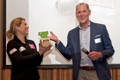 Beeld Esther Burger, HRD manager T-Mobile, wint de Learning Innovator Award 2018