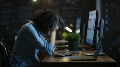 Beeld 40% heeft na het werk regelmatig tot vaak last van zombiegedrag en kleine verslavingen